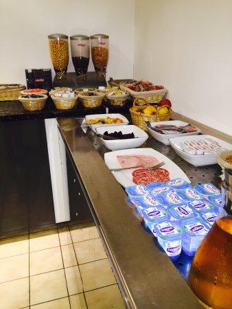Viriat, Francia: Petit Déjeuner - Buffet de produits frais (jambon, fromage, yaourt, fruis...)