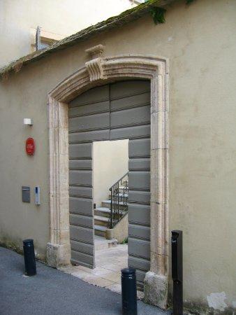Ornans, Francia: Porte de sortie du musée.