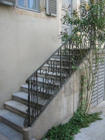 Ornans, Francia: Rampe d'accès en fer forgé (façade arrière du musée).