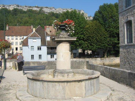 Ornans, Francia: Fontaine sur le côté du musée G. Courbet.