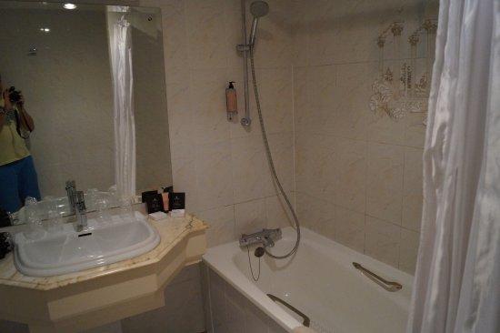 BEST WESTERN Grand Hotel Le Touquet: vieille salle de bain... Join à refaire, rouille...