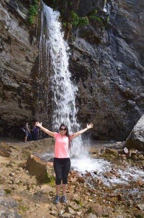 Hanging Lake Trail: Encantada com a cachoeira que alimenta o lago