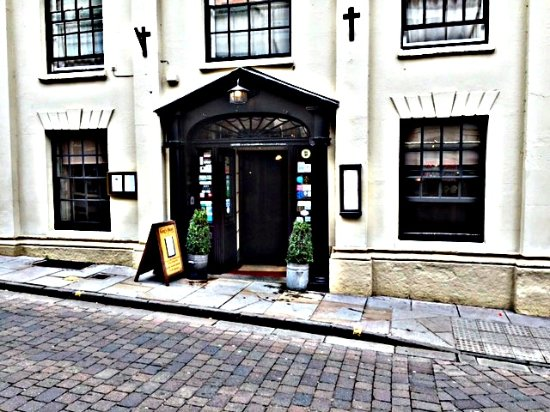 The King's Head Hotel: Hotel entrance on High Street