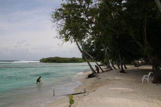Thulusdhoo Island: beach in front of hotel