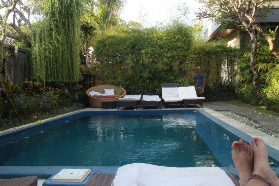 Cafe Locca Homestay: Chilling di pinggir kolam renang. Minggu pagi, jadi masih sepi.