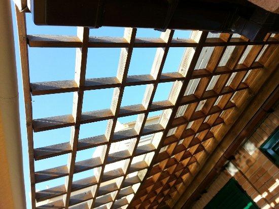 Τραπεζάκι, Ελλάδα: Missing part of the roof