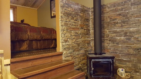 Amberwood: Such a lovely small cabin. Great for couples getaway in the rockies.
