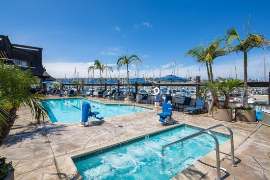 Bay Club Hotel & Marina: Pool Facing Marina