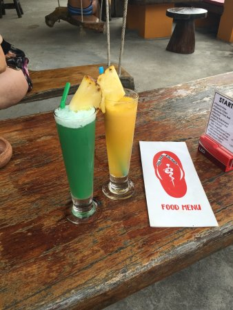 Bophut, Thailand: Cocktails at the flip flop bar