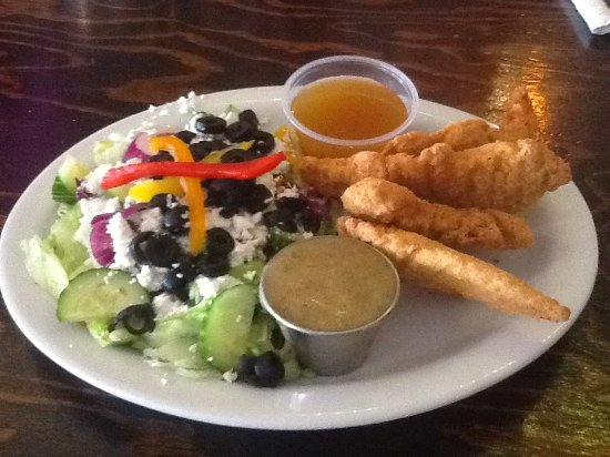 Wolfe Island, Kanada: Chicken fingers served with a greek salad.