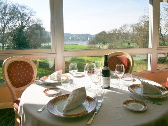 Auberge de l'Abbaye: déjeuner sous la  véranda avec vue sur la loire