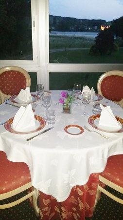 Auberge de l'Abbaye: dîner sur le bord de Loire et vue sur l'abbaye de saint Maur