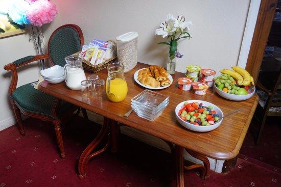 Goldsithney, UK: Plenty of choice for breakfast, alongside the full English