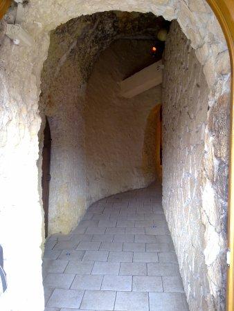 Les Caves de la Croix Verte : L'entrée du restaurant, étrange....