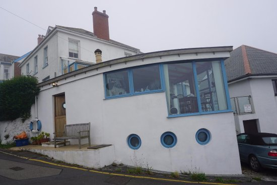 Coverack, UK: Boak House from the road below