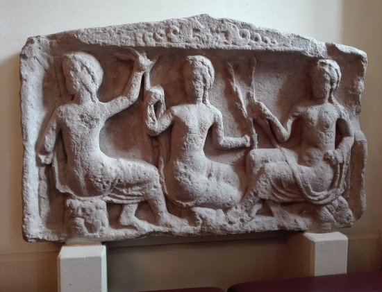 Roman Bath Ruins : Артефакты у музея на улице.
