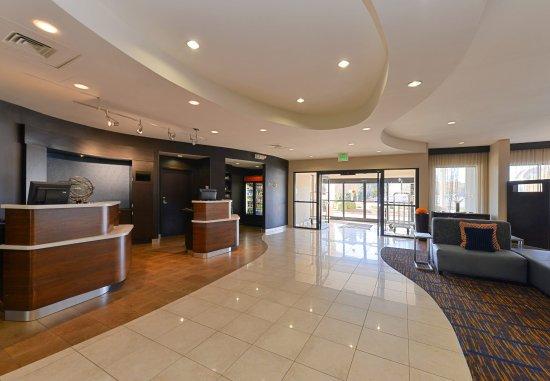 Courtyard High Point: Lobby