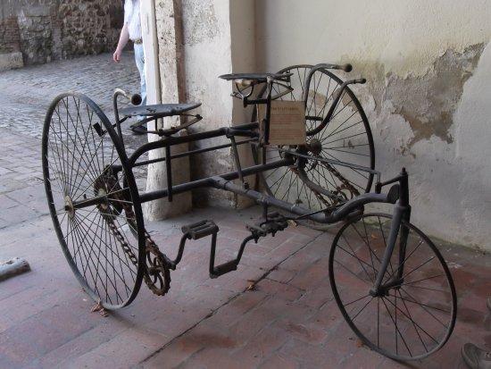 Tour-en-Sologne, France : Le tricycle tandem est d'époque victorienne a été fabriqué à Coventrypour des enfants de 14 ou 1