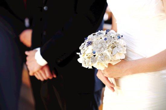 Embassy Suites by Hilton Detroit - Troy/Auburn Hills: Bride holding flowers