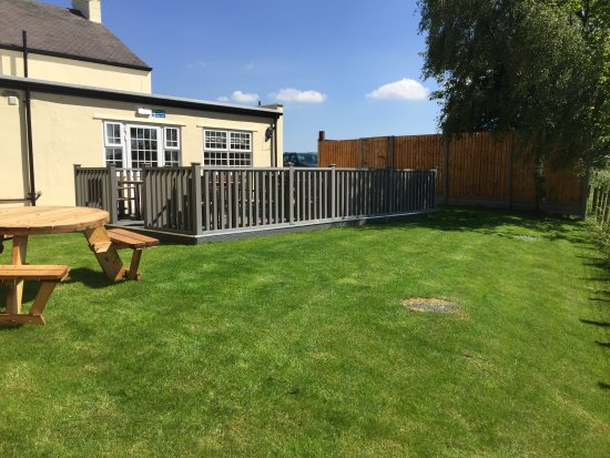 Three Horseshoes Inn: Beer garden