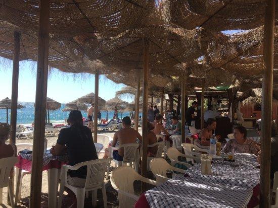 Maro, Espanha: Udsigt fra restaurant på stranden.  Panorama af stranden.  Der er livredder.