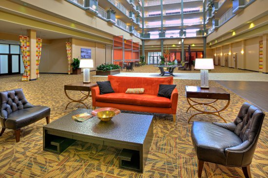 Embassy Suites by Hilton Brunswick: Atrium Seating