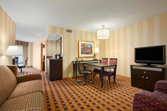 Embassy Suites by Hilton Minneapolis - Airport: Executive Suite Living Room
