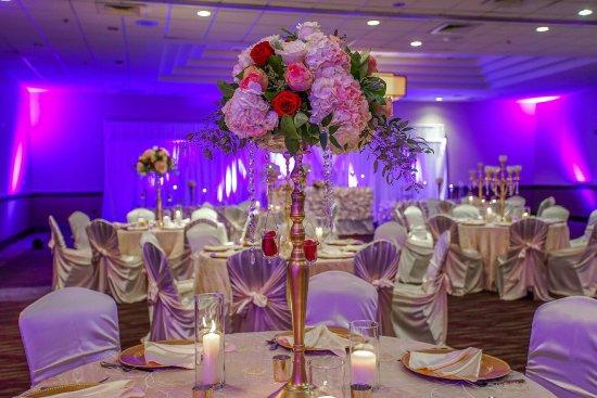 Embassy Suites by Hilton Detroit Southfield: Wedding Set Up with Table Top Arrangements