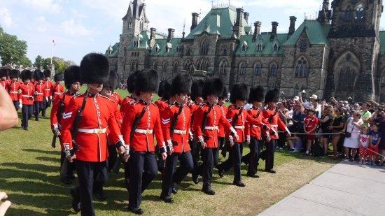 Ottawa, Canadá: Troca da Guarda (todas as manhãs)