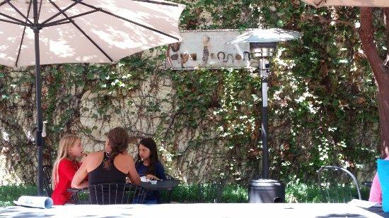Ojai, Καλιφόρνια: Patio on a beautiful day.