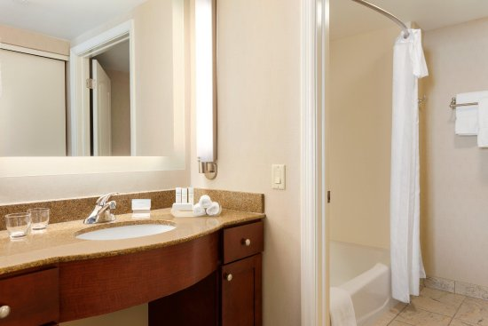 Homewood Suites by Hilton Reading: Guest Bathroom