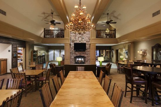 Liverpool, NY: Lodge Area with Tables & Chairs