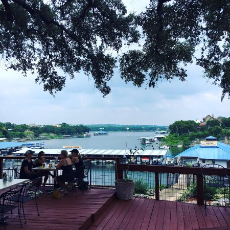 Briarcliff, TX: The full food menu is served on our outdoor deck