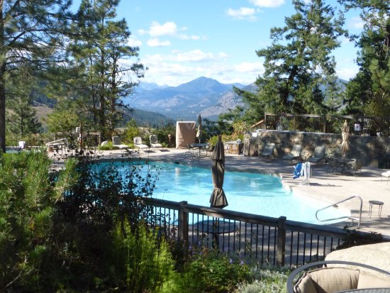 Sun Mountain Lodge: One of the pools with hottub