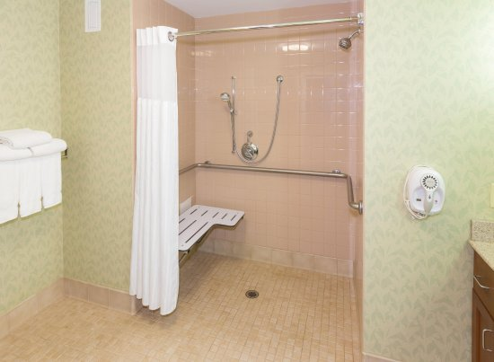 Homewood Suites Holyoke-Springfield/North: Roll-in shower