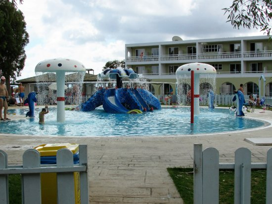 piscine avec jeux pour enfants picture of messonghi beach resort moraitika tripadvisor. Black Bedroom Furniture Sets. Home Design Ideas