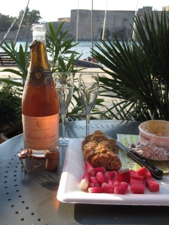Hotel Boramar : Nice table on walk next to beach (bring your own Champagne and snacks)