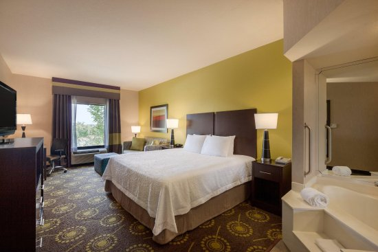 Saint Robert, MO: 1 King Bed Deluxe with Whirlpool