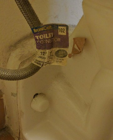 La Quinta Inn Galveston East Beach: Bathtub view of used Band-Aid and other nasties.