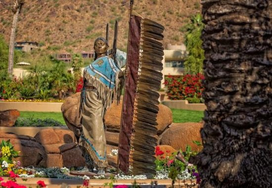 JW Marriott Scottsdale Camelback Inn Resort & Spa: Dave McGary Statue