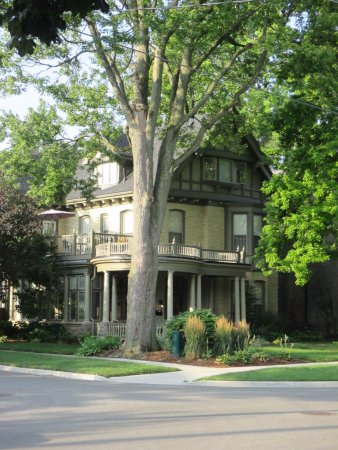 Woodfield Bed & Breakfast: View from the street of beautiful front yard/garden