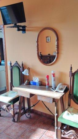 Bértoa, España: Una mesa demasiado pequeña para el tamaño de la habitación.