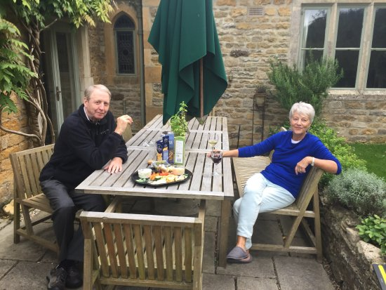 Upper Slaughter, UK: Sitting at the back yard table