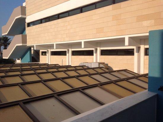 Constantinou Bros Asimina Suites Hotel: Uitzicht van onze eerste kamer (219). 2 dagen later, na bezwaar maken, een veel beter suite gekr