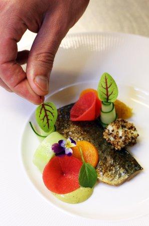 Uden, เนเธอร์แลนด์: Verse makreel met structuren van komkommer en creme van groene curry