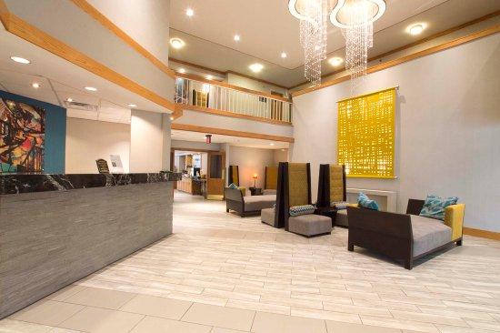 Greenstay Hotel & Suites: Front Desk