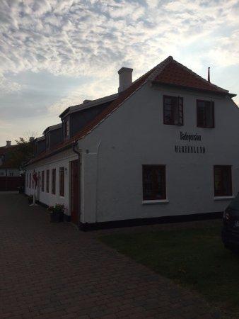 """Badepension Marienlund : Huvudbyggnaden m frukostmatsal o """"dra sig tillbaka rum"""""""