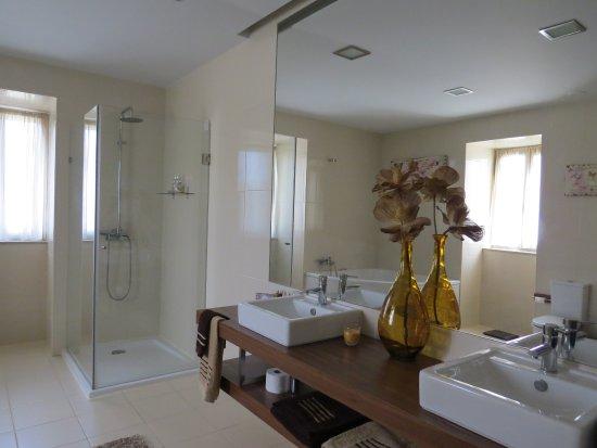 De grote badkamer met douche én bubbelbad. - Picture of Quinta de ...