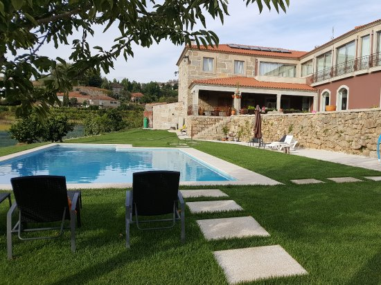 Alpendurada e Matos, Portugal: Prachtig zwembad met rechts de kamers op 1 ste verdiep.
