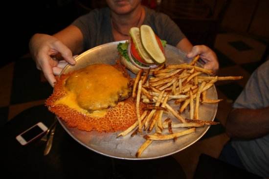 Astor, Флорида: A Sparky's Burger Swimming in Cheese